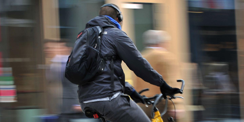Kopfhörer beim Radfahren
