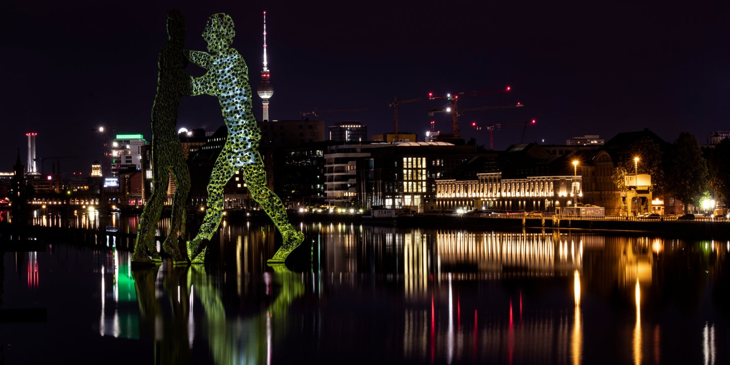 Illuminierter «Molecule Man» in Berlin