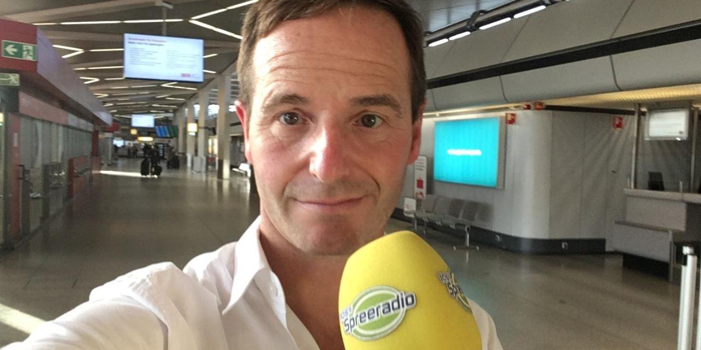 Berlin-Reporter Toni Schmitt am Flughafen Tegel